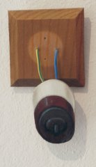Paul-Critchley--SINGLE-LIGHT-SWITCH--Oel-auf-Leinwand-auf-Alu-mit-Kabel--12x9cm.jpg